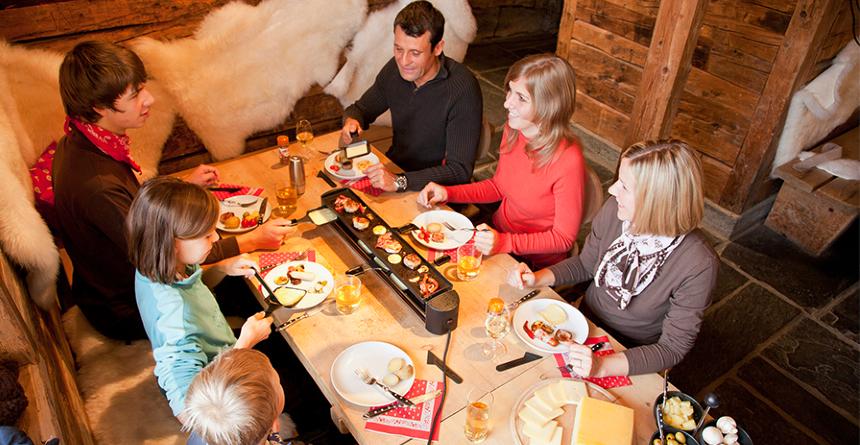 Ein Raclette Ofen sorgt für Spass an den kleinen Leckereien in geselliger Runde